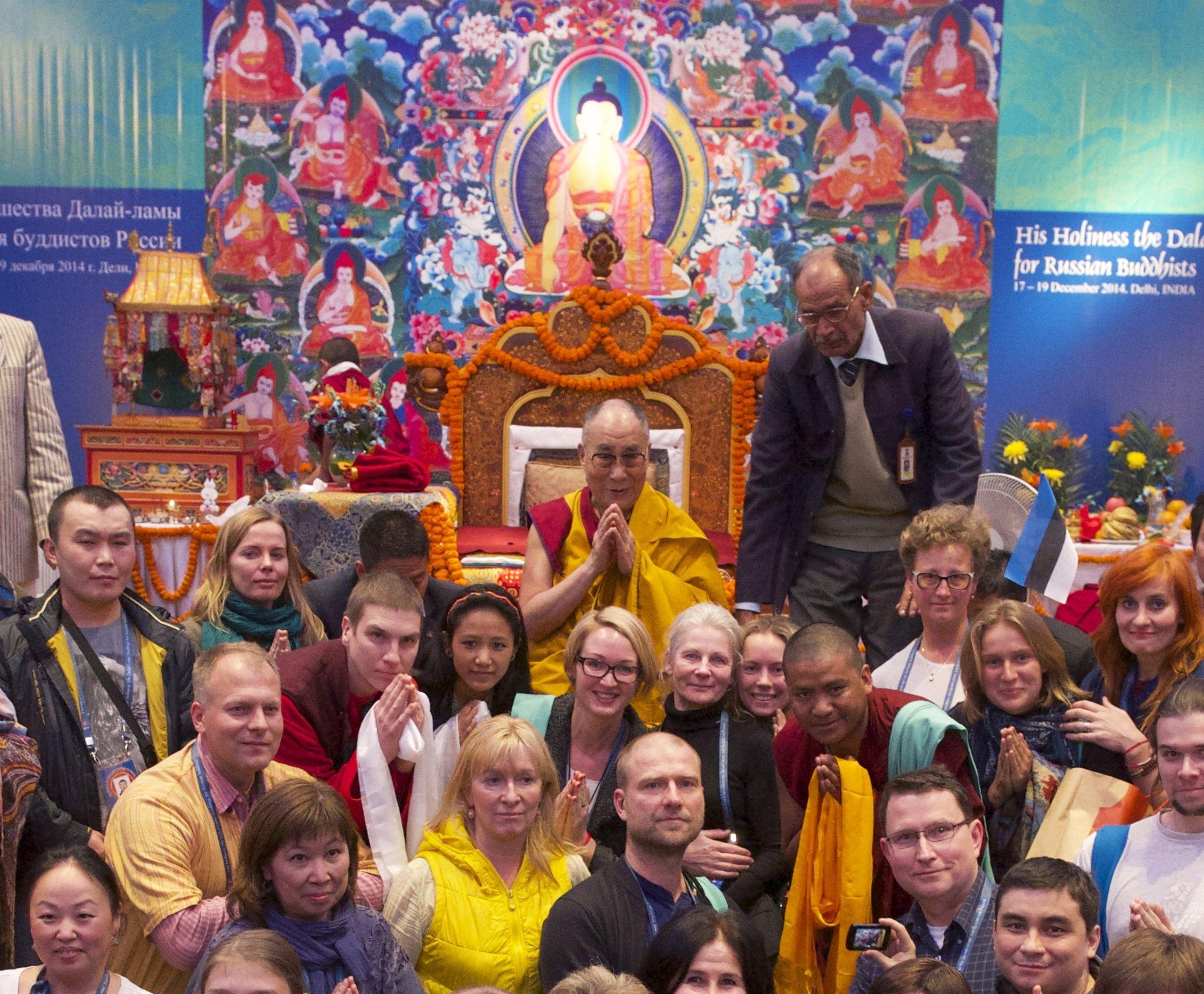 Eestlaste organiseeritud õppegrupp ühisfotol Tema Pühaduse dalai-laamaga peale õpetuste lõppu Delhis 19. detsembril 2014