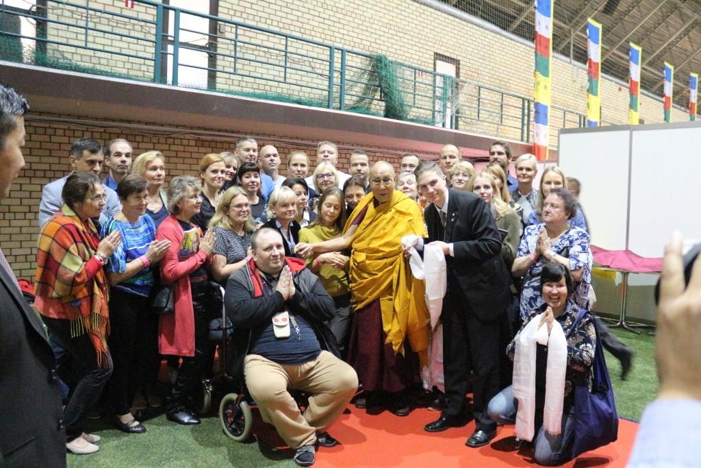 Tema Pühadus dalai-laama kohtumas Roy Strideri õpetlike ja kasulike reiside õppegrupiga Riias Skonto halli lava taga 24.09.2017